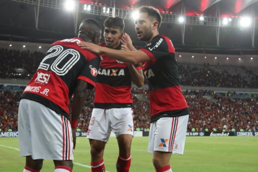 Everton Ribeiro celebra com companheiros no Maracanã