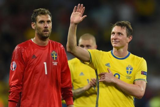 """O veterano Kim Kallstrom, de 35 anos, comanda o meio da Suécia. Fica na condição de astro até Ibrahimovic """"desistir da aposentadoria"""", algo que é um sonho dos torcedores suecos"""