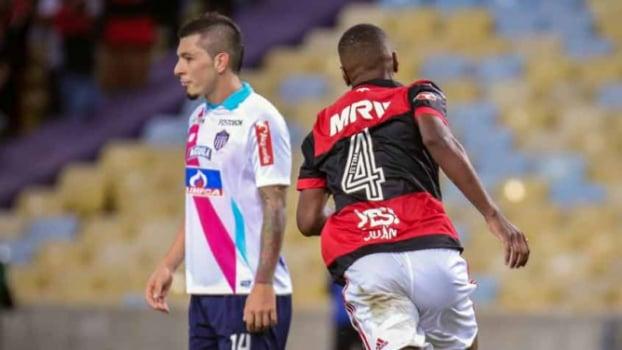 Juan iguala o amigo Júnior Baiano e festeja marca histórica pelo Fla