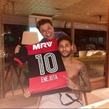 5b161468a5 Neymar veste camisa do Flamengo e é  anunciado  em brincadeira nas ...
