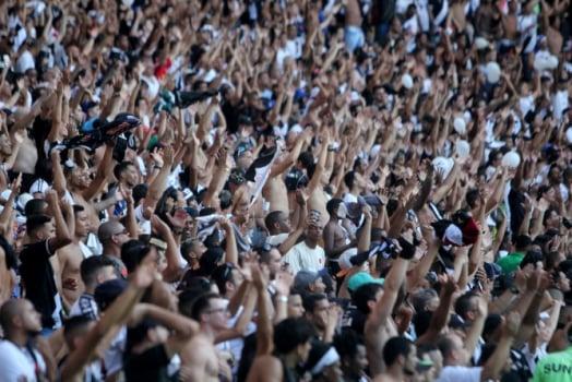 Vasco vai com quatro laterais para a final do Carioca