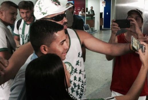 Palmeiras retorna ao Brasil com gritos de incentivo para Dudu