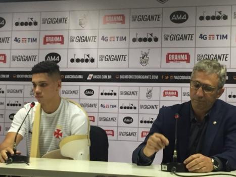 38841a4e58 Paulinho e Alexandre Campello em coletiva de despedida do atacante do Vasco