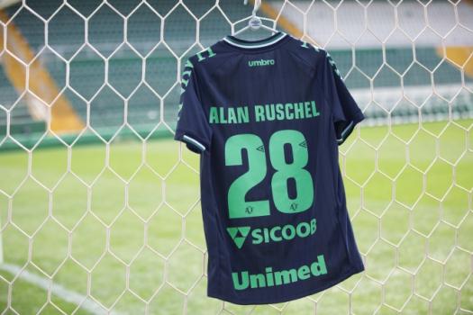 964633e316 Chapecoense lança terceiro uniforme em homenagem aos 45 anos do ...