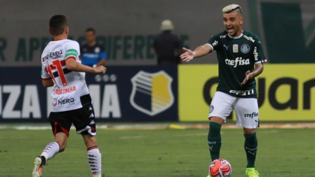 3454bdaaf4015 Felipão se irrita com Deyverson por gol perdido   Ele não é ...