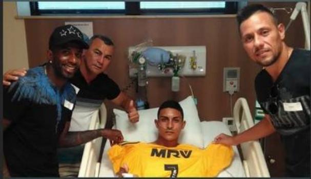 Jogadores do Flamengo visitam feridos em incêndio no CT do Flamengo no hospital.