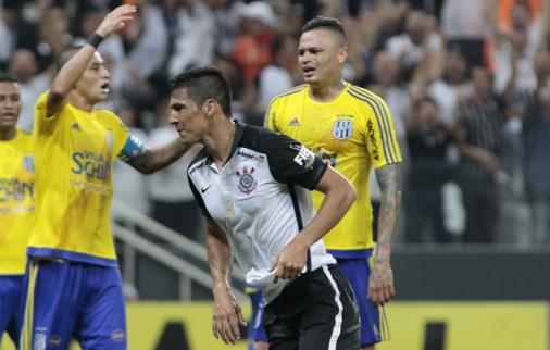 Elogiado, Cássio 'assume' erro em reposição que originou gol do Timão