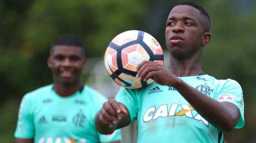 Com data incerta para sair, Vinicius Junior foca em levantar títulos no Fla
