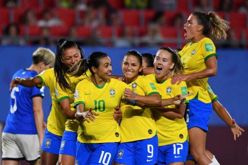 VÍDEO: Marta bate recorde e garante Brasil nas oitavas do Mundial