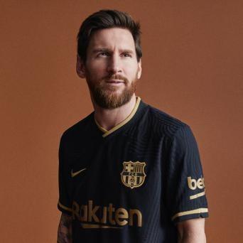 Barcelona lança novo uniforme preto e dourado para 2020/21