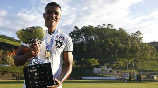 Reydson comemora vitória do Botafogo diante do São Paulo, pelo Brasileirão Sub-20