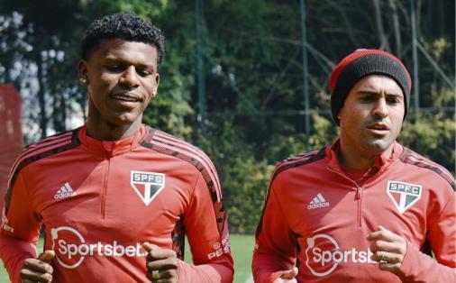 Arboleda e Eder realizam atividades de fisioterapia no gramado durante treino do São Paulo
