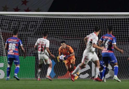 Problemas na defesa! São Paulo não tomou gols em apenas um de seus últimos sete jogos
